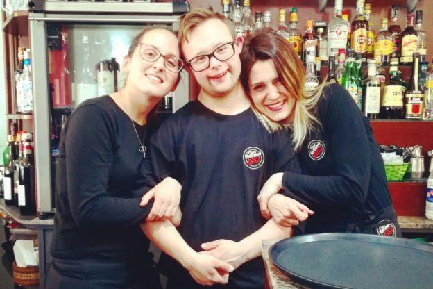 """Al bar """"Il Trombone"""" di Giaveno c'è Federico, tra caffè e spritz alla conquista dell'autonomia"""