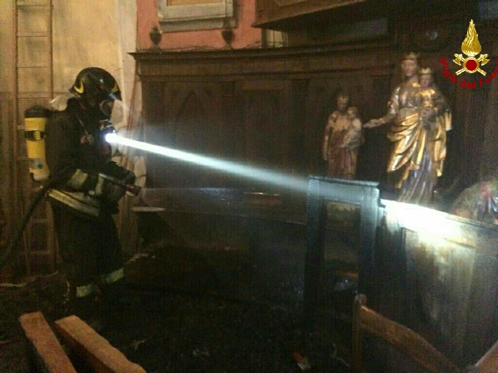 Condove, le foto dell'intervento dei Vigili del Fuoco nella chiesa di Mocchie