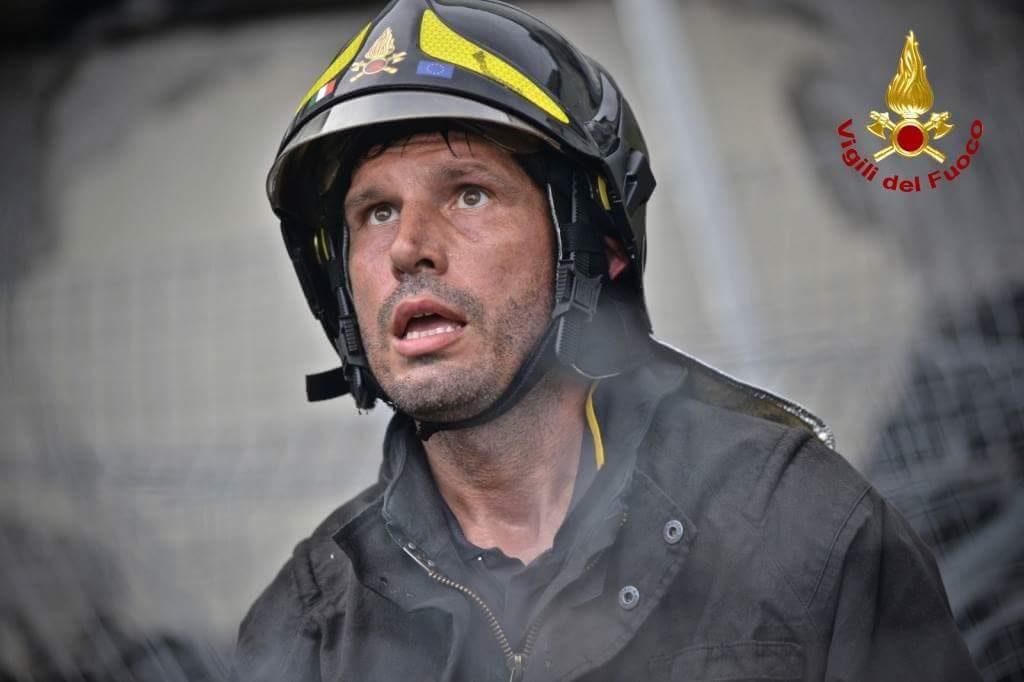 Un Vigile del Fuoco impiegato nelle operazioni di soccorso sotto quel che rimane del viadotto Morandi, a Genova