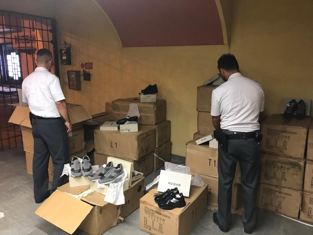 Alpignano, sequestrate 400 paia di scarpe Hogan (false). Denunciato un 50enne