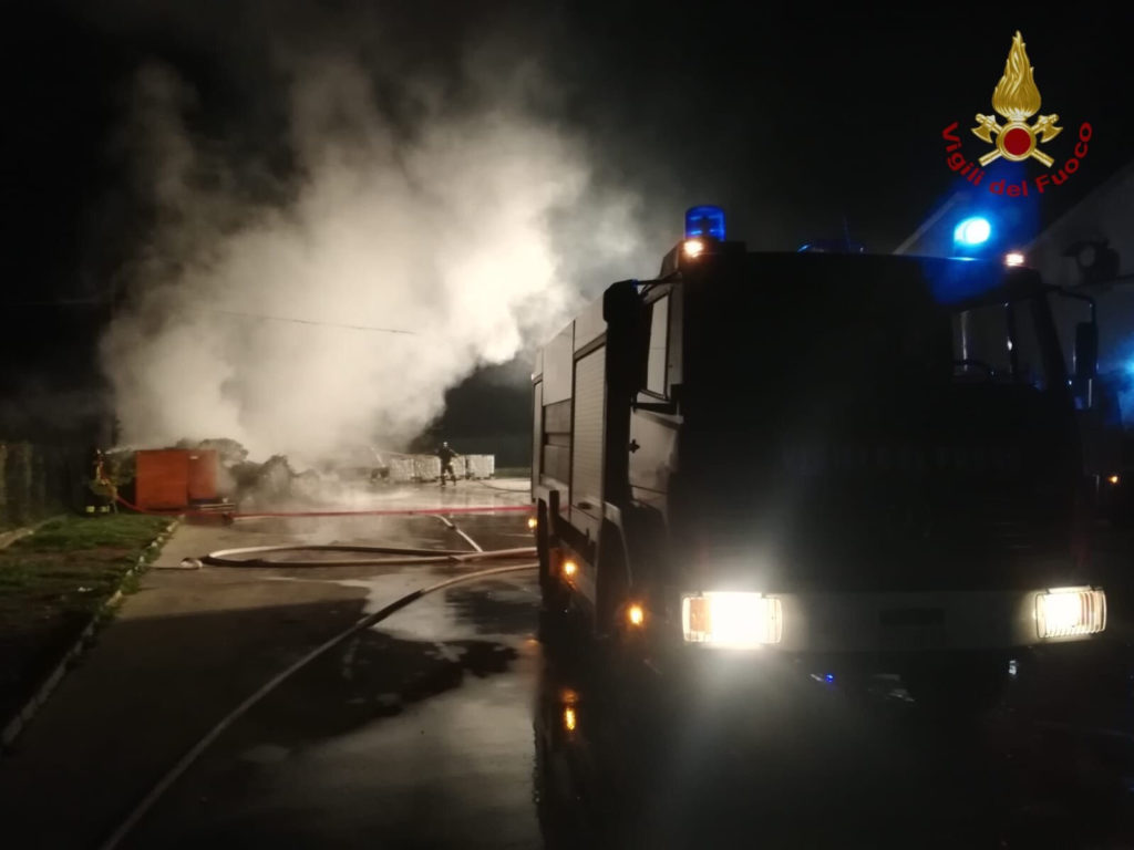 Incendio nei pressi di un capannone industriale in Val di Susa
