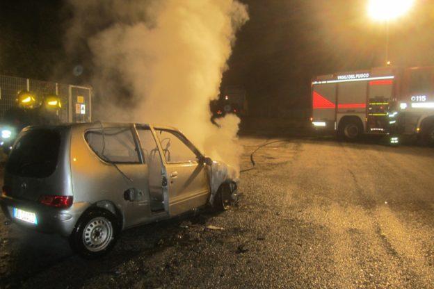 Auto a gas prende fuoco in via Benna a Coazze