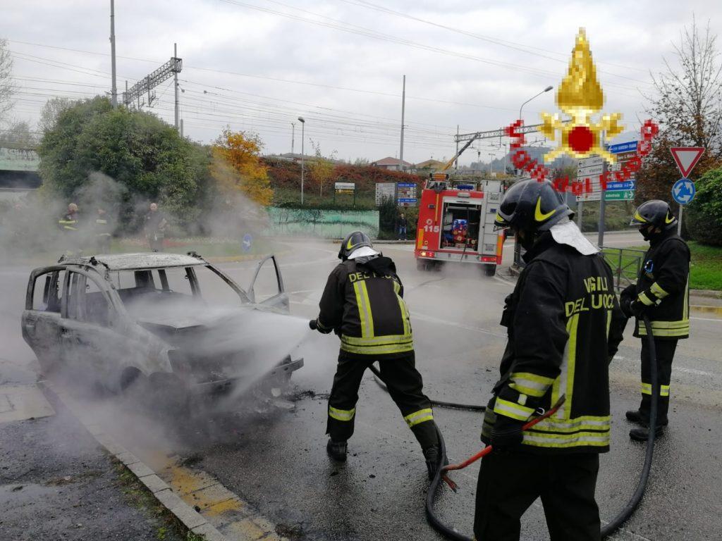 Incendio di un'autovettura ad Avigliana, intervengono i Vigili del Fuoco