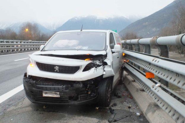 Susa, il conducente di una Mercedes causa un incidente sulla A 32 e poi fugge