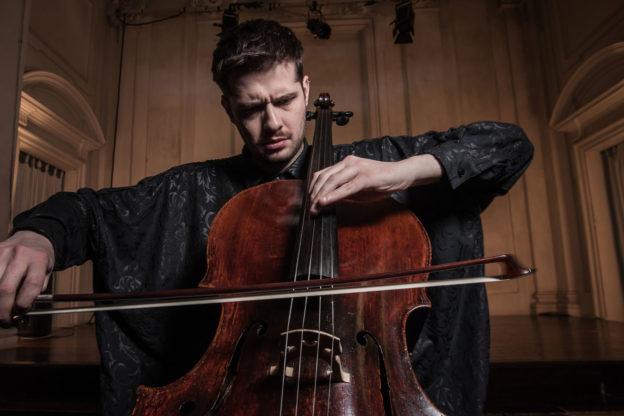 Il compositore e violoncellista Lamberto Curtoni in Val di Susa sabato 15 dicembre