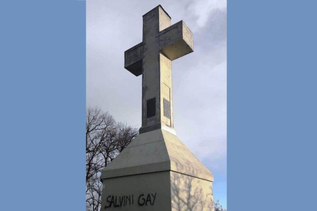 Vandalizzata la croce del Musinè: scritte spray sul basamento