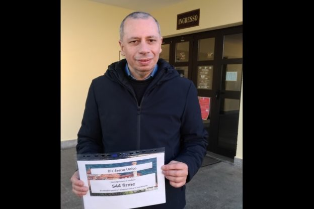 Caselette, consegnate le firme contro il senso unico in via Almese