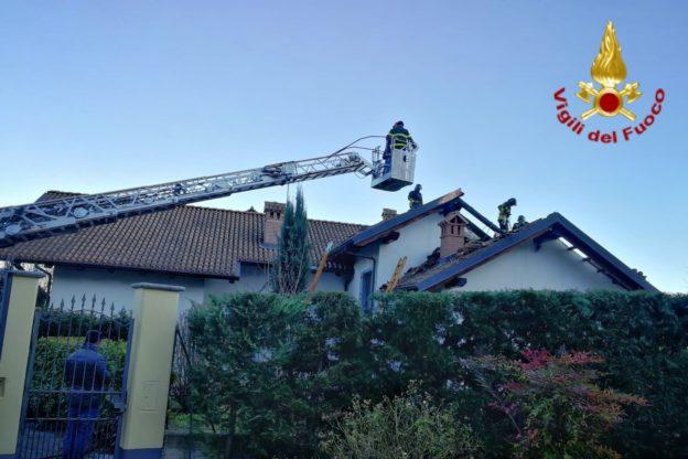 Cumiana, i Vigili del Fuoco intervengono per un tetto in fiamme