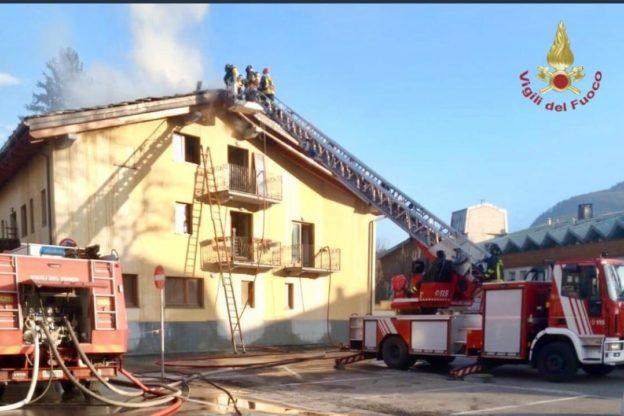 Bardonecchia, i Vigili del Fuoco intervengono per un tetto in fiamme
