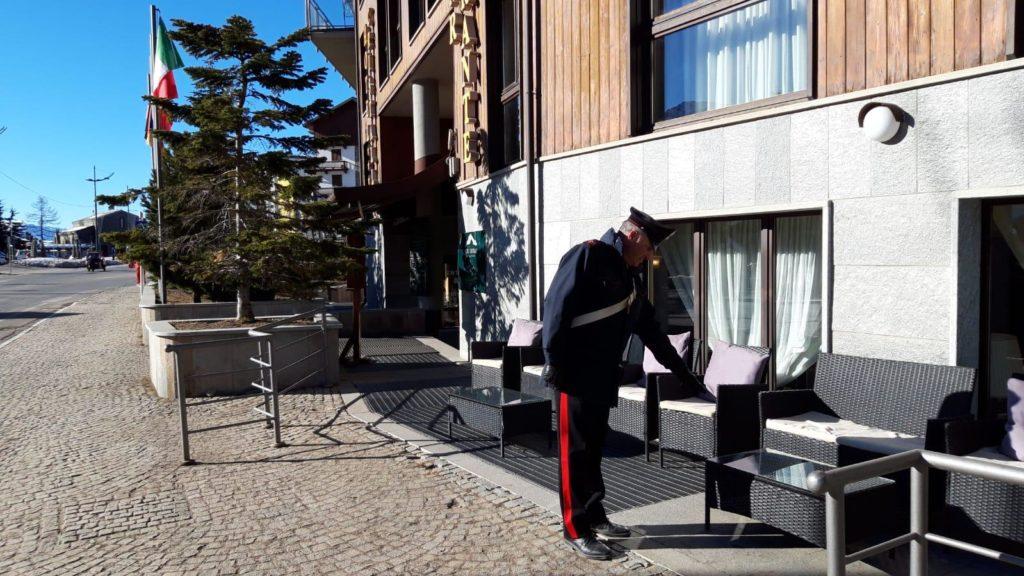 """I Carabinieri denunciano 13 persone. E c'è pure chi """"si è fregato"""" il divanetto dell'hotel"""