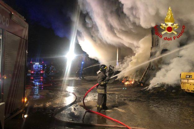 Rosta, incendio in un fienile. Intervengono i Vigili del Fuoco