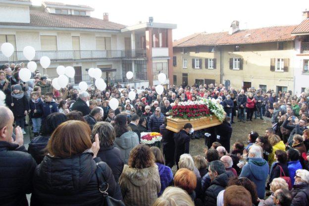 Val di Susa, un'immensa folla al funerale di Maura Viceconte