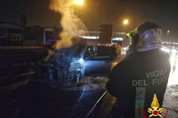 Paura a Rivoli: auto prende fuoco sul cavalcavia della tangenziale