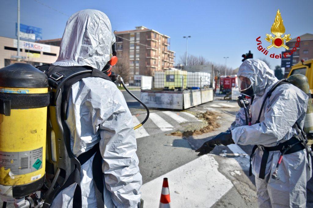Rivoli, autocarro perde acido cloridrico in Corso Francia. Traffico in tilt