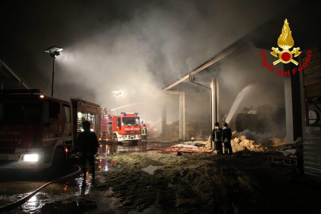 Vasto incendio ad Almese: a fuoco un fienile di Milanere