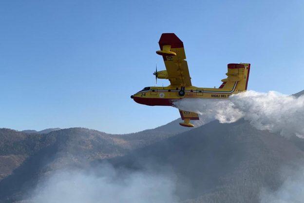 Giaveno, riprende vigore l'incendio sotto il monte Aquila