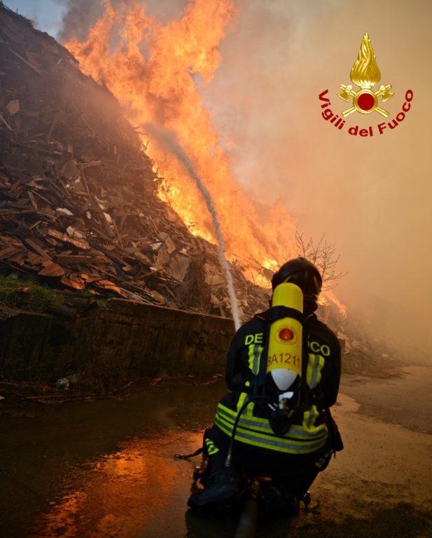 Ancora incendi in Val Sangone e il fumo proveniente dall'ex Annovati arriva a Giaveno