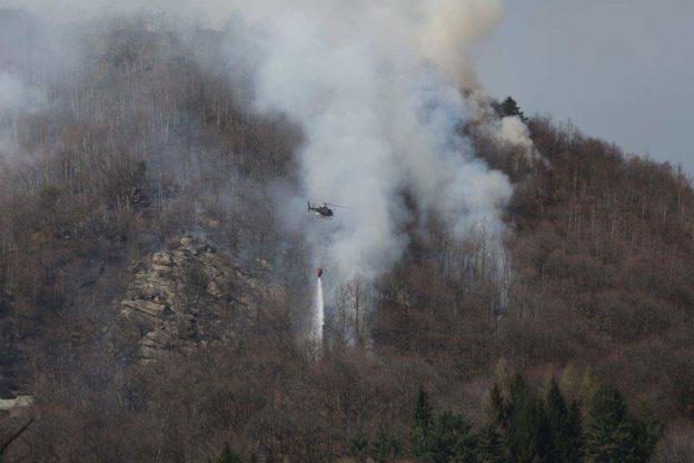 Continua l'incendio boschivo sopra Giaveno. Le foto di Giorgio Basso