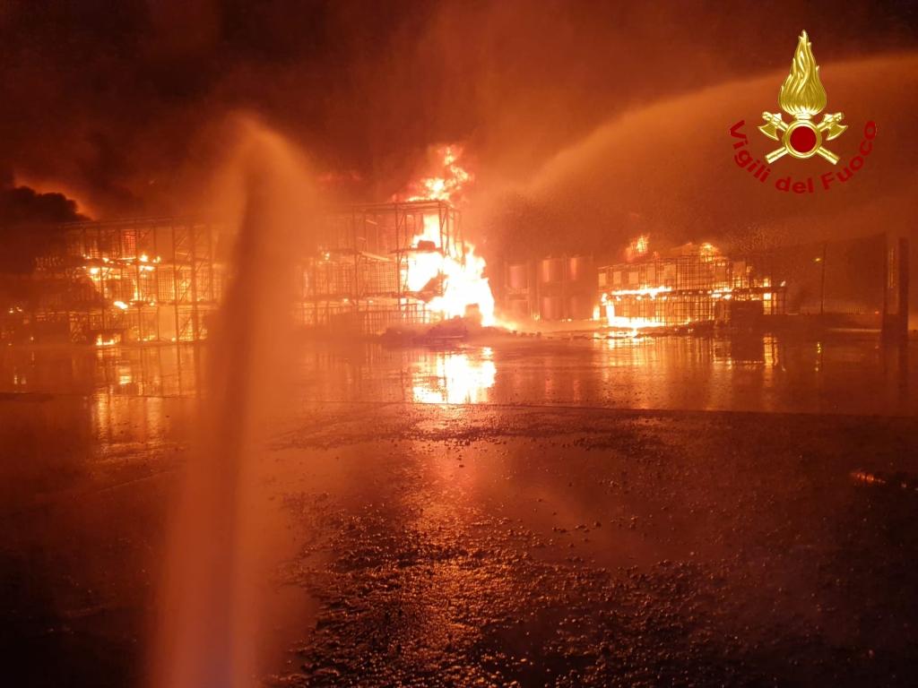 Vasto incendio in un'azienda di Rosta. Le foto dei Vigili del Fuoco
