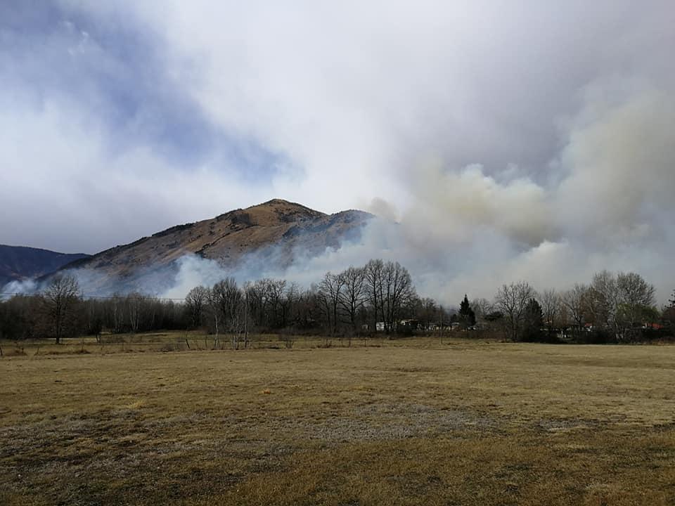 Vasto incendio fra Val della Torre e Givoletto alimentato dal forte vento