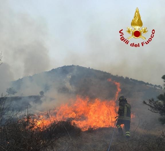 Incendio fra Val della Torre e Givoletto: intervengono otto squadre di Vigili del Fuoco