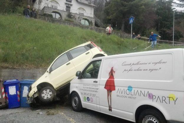 Avigliana, Fiat Panda finisce sul cofano di un furgone