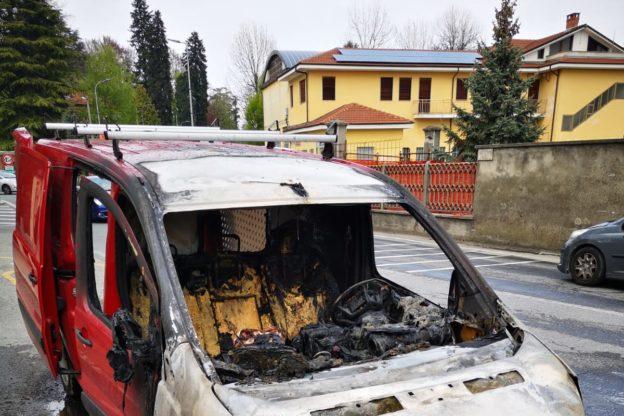 Giaveno, un furgone prende fuoco in via Pacchiotti. Video e Foto
