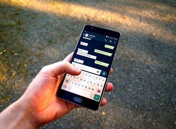 Rosta, imprenditore licenzia 30 lavoratori su whatsapp e sparisce