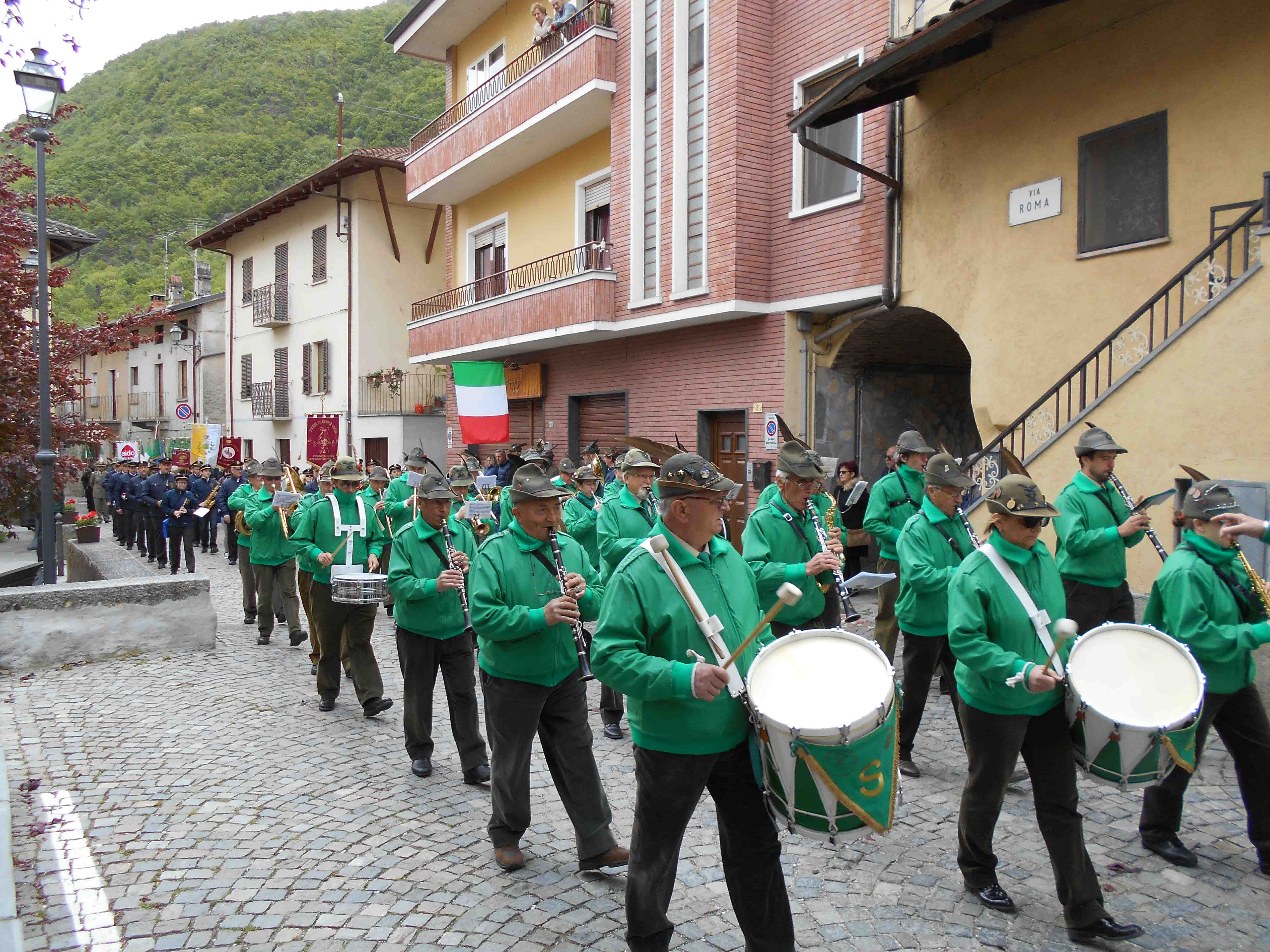La sfilata a Vaie Fanfara Ana Valsusa (90 anni Alpini Vaie)