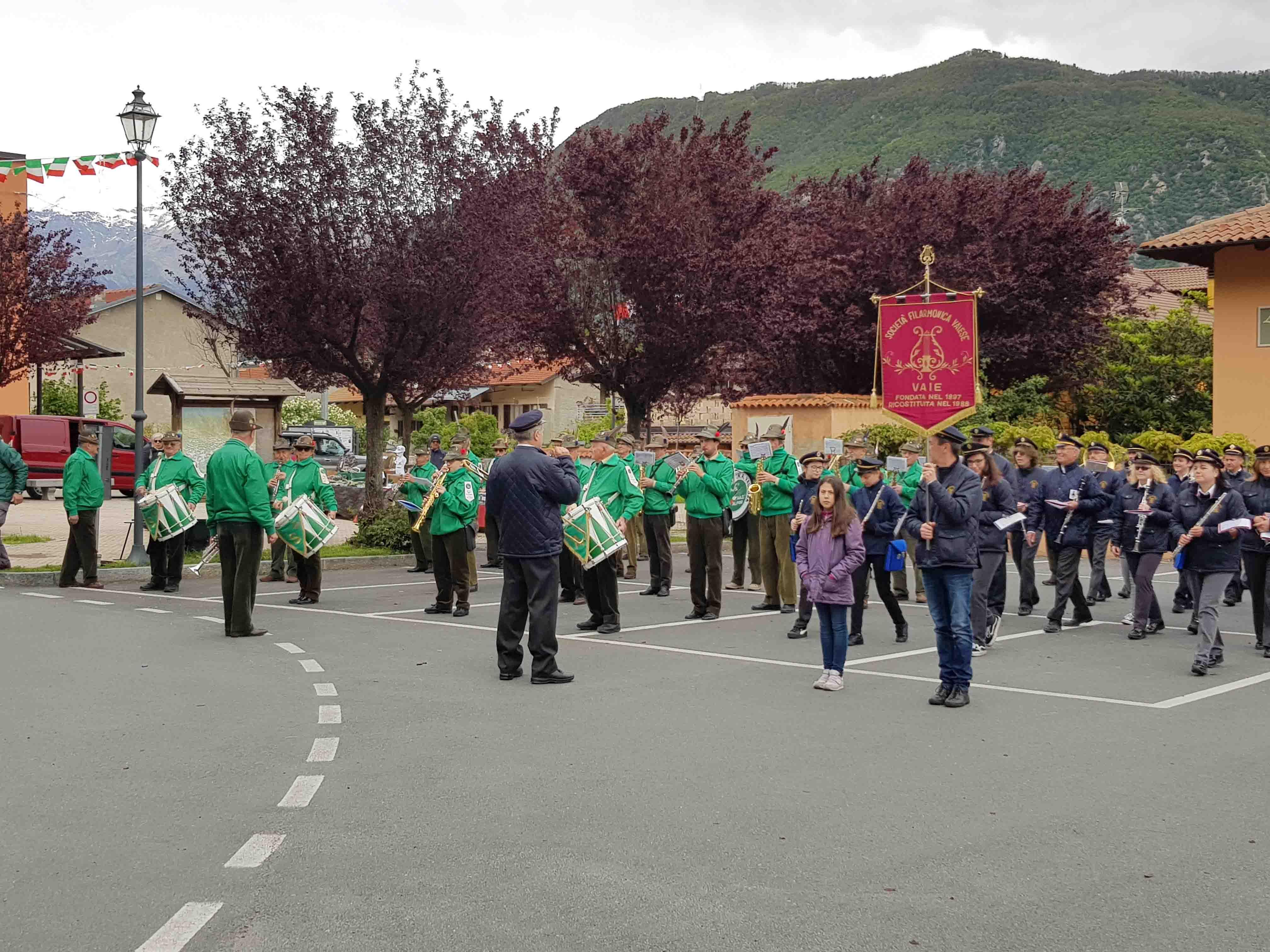 La Società Filarmonica Vaiese e la Fanfara Ana Valsusa La sfilata a Vaie Fanfara Ana Valsusa (90 anni Alpini Vaie)