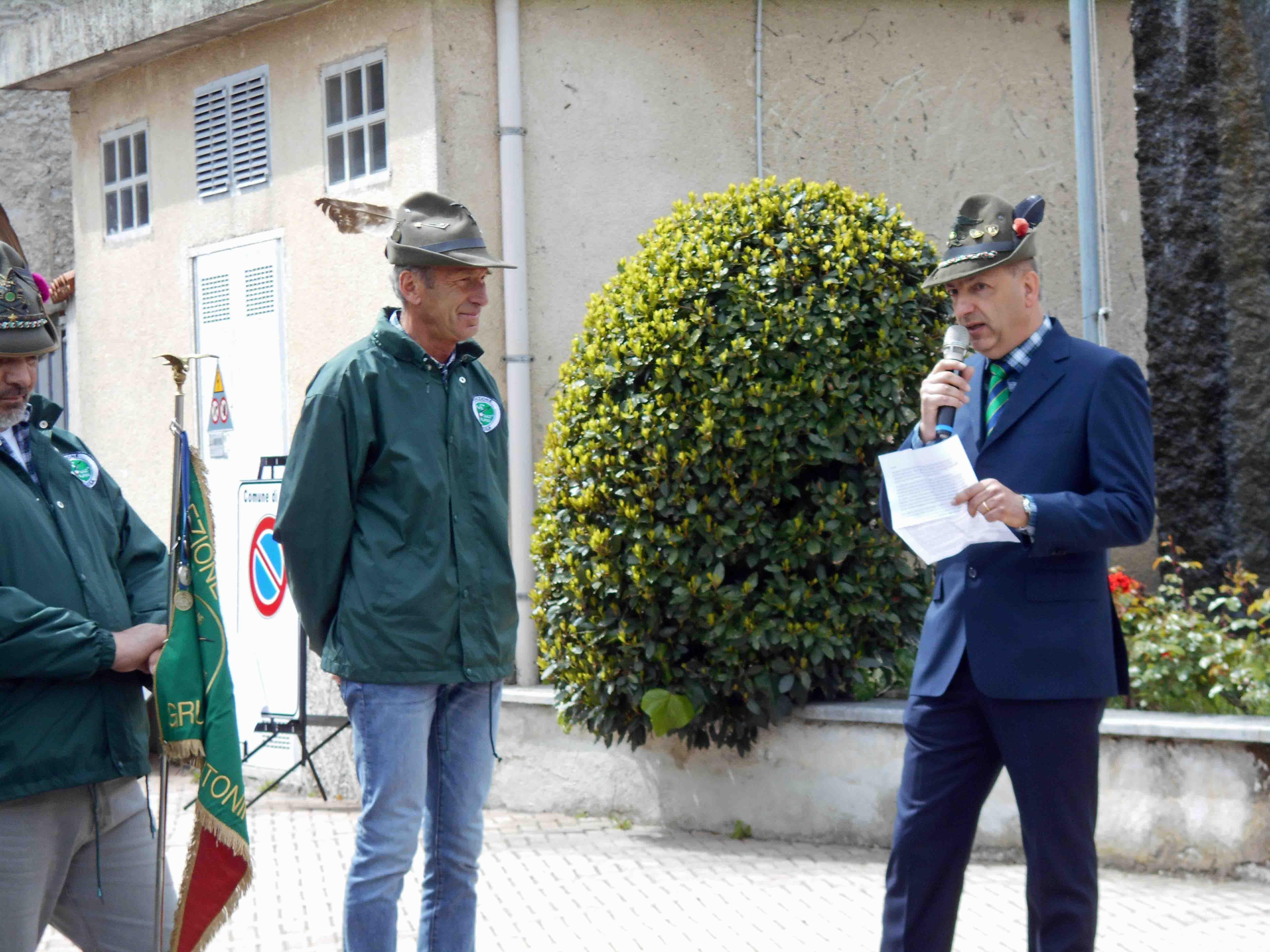 Il capogruppo Guido Usseglio Prinsi con il presidente Ana Valsusa Paolo Parisio (90 anni Alpini Vaie)
