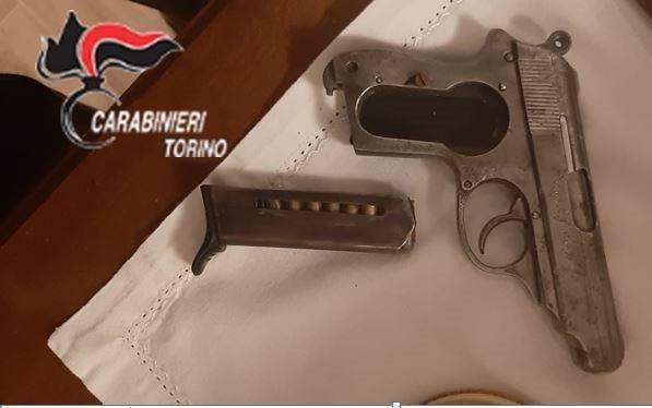 Giaveno, 22enne minaccia la madre con una pistola. Arrestato. Video