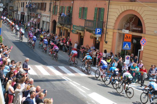 Giaveno, il passaggio del Giro d'Italia in centro – Le foto