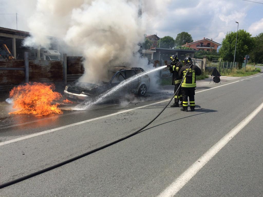 Auto prende fuoco a Giaveno. L'autista riesce a mettersi in salvo – Foto