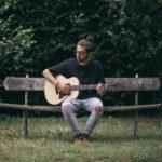 Piange: il cantautore condovese Due ha portato le lacrime alla luce del sole – Video