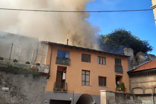Susa, incendio in pieno centro: prende fuoco il tetto di una casa- Video
