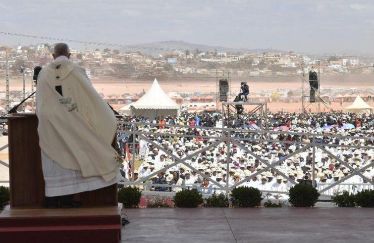 """Il Papa in Madagascar: """"Il cristiano non può stare a braccia conserte"""""""