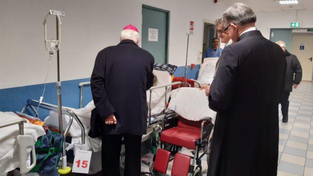 Mons. Nosiglia visita una corsia del nosocomio segusino