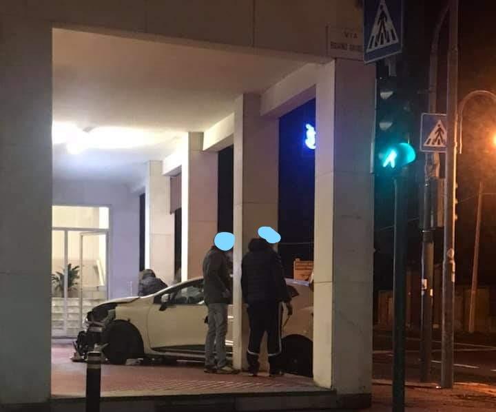 Sangano, auto perde il controllo in via Pinerolo- Susa