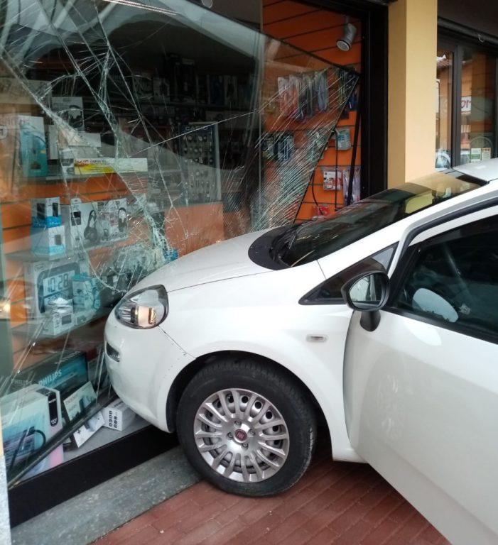 Piossasco, auto sfonda la vetrina di un negozio- Foto