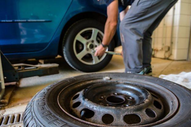 Avigliana, tagliano le gomme delle auto in sosta per rubare