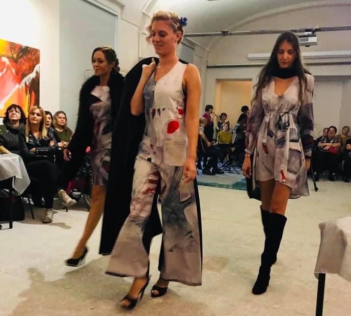 Susa, sfilano le opere di Daniela Baldo, quadri da indossare