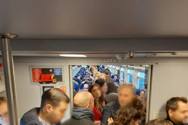 Sul treno Bardonecchia- Torino stipati come sardine in scatola