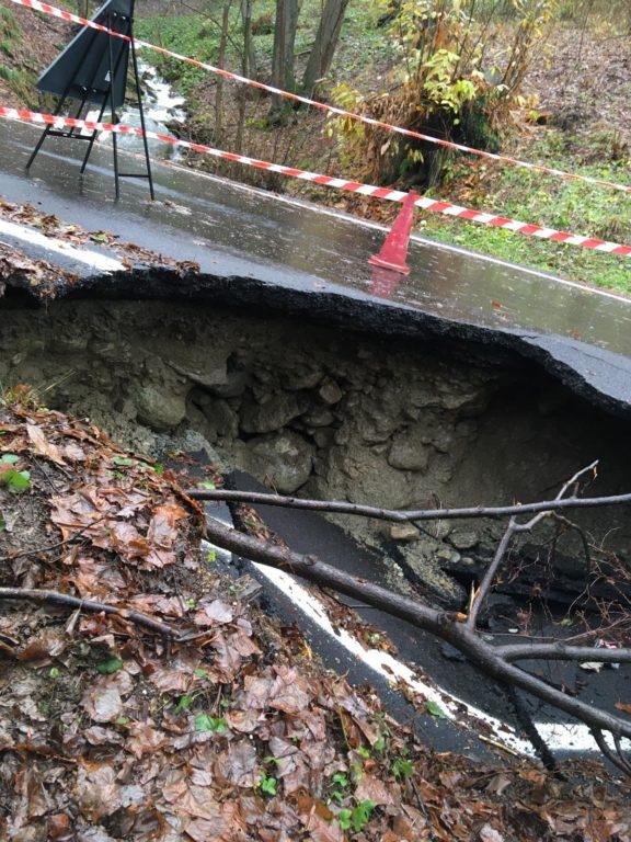 Coazze: cede un tratto di asfalto sulla strada provinciale per Forno