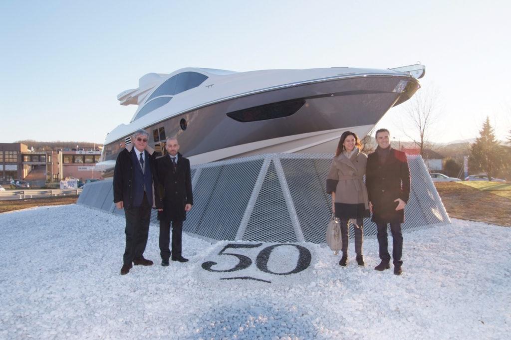 Avigliana, uno yacht di 13 metri nella rotonda per i 50 anni di Azimut