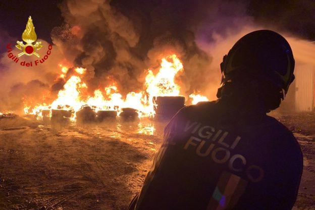 Avigliana, incendio in un deposito di pneumatici- Foto