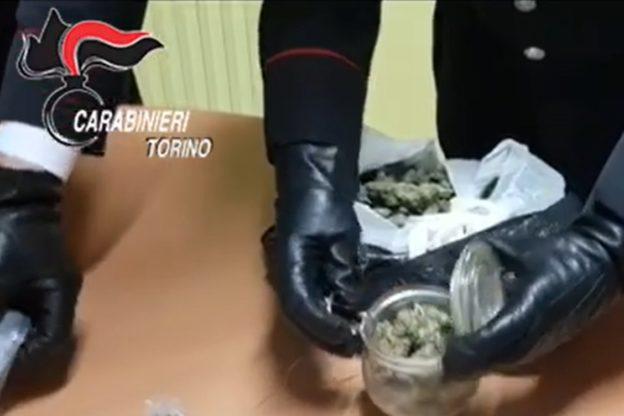 Caselette, i carabinieri citofonano e lo spacciatore getta la droga dal balcone