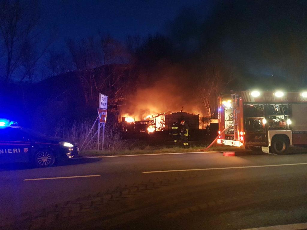 Scoppia un incendio sulla statale al confine tra Chiusa San Michele e Sant'Ambrogio