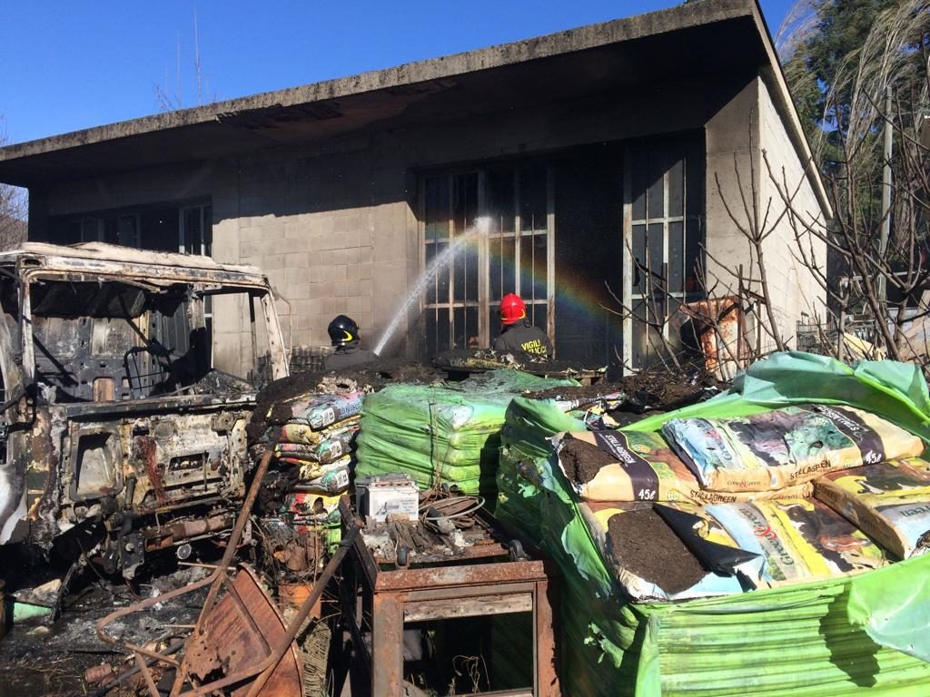 Giaveno, incendio distrugge il deposito dell'ex Agraria di Sala