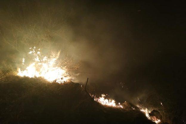 Continua l'incendio in Val Sangone: nella notte ha ripreso vigore